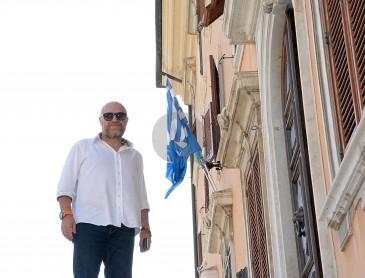 """Bandiera greca in Comune. """"Vicini a chi soffre"""""""