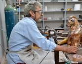 Artista livornese realizza scultura a Botero