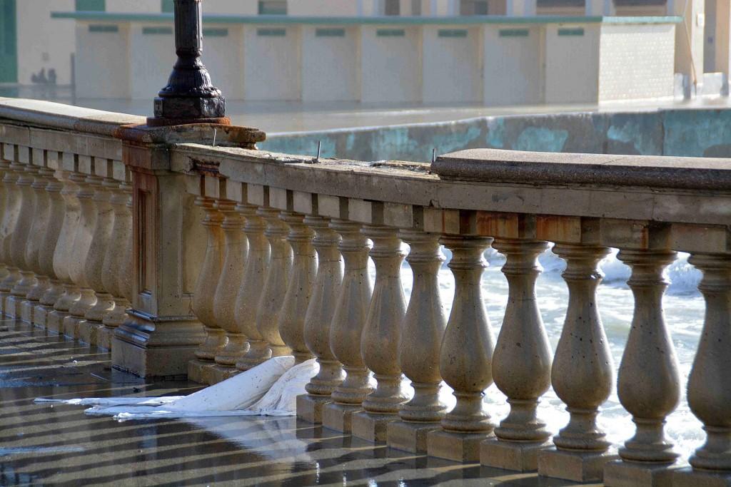 Livorno danneggiata la Terrazza Mascagni, le forti mareggiate di quetsa notte hanno fatto staccare 4 metri di balaustra della storica Terrazza Mascagni