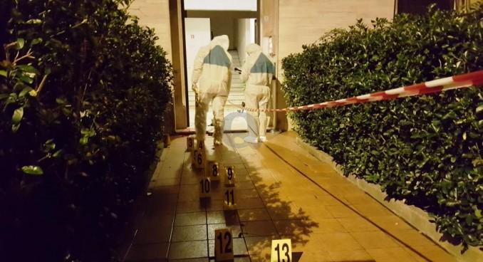 Omicidio in via Roma, ucciso sotto casa. Fendente al cuore, caccia al killer