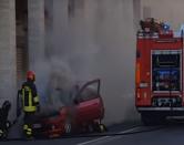Paura per un'auto a fuoco in via Grande
