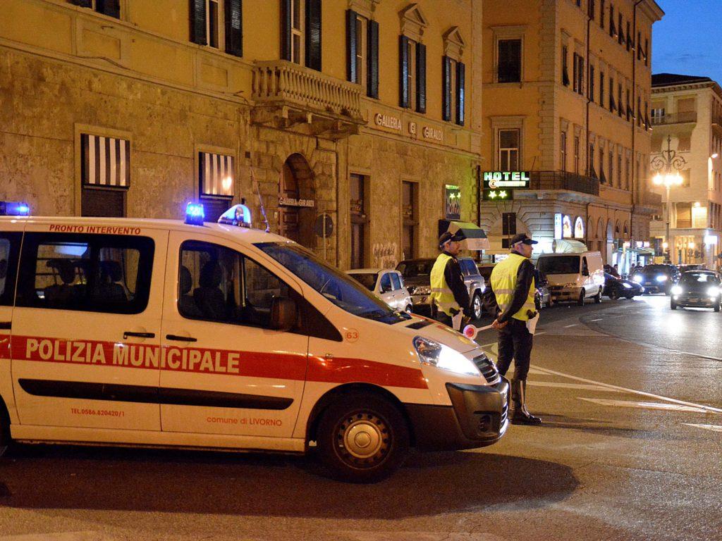 Livorno decine di controlli della polizia municipale in piazza della Repubblica foto Simone Laanri