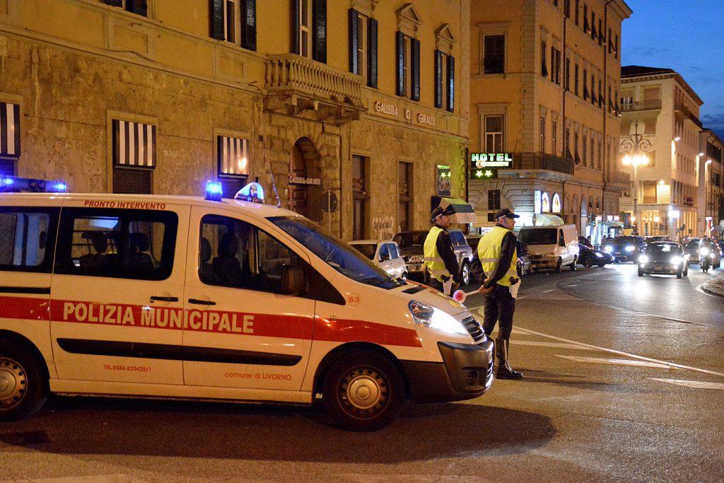 Livorno decine di controlli della polizia municipale in piazza della Repubblica
