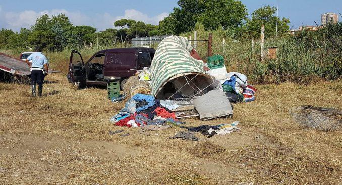 """""""Villaggio spazzatura"""", 2° round di pulizia. Nel canneto tende, materassi e un furgone"""