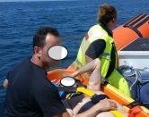 Scivola sugli scogli e batte la testa: soccorso via mare