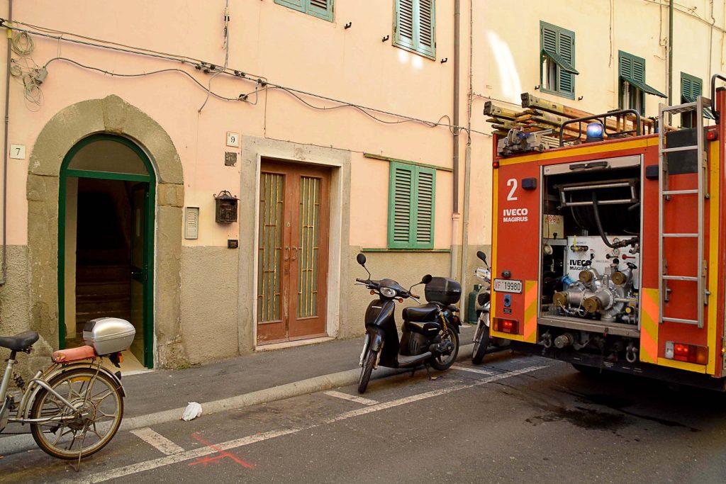 Livorno incendio in appartamento in via Crimea