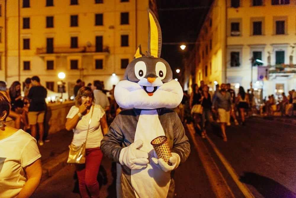 IL BUGS BUNNY ALLONTANATO DALLA MANIFESTAZIONE (FOTO PAOLO CIRIELLO)