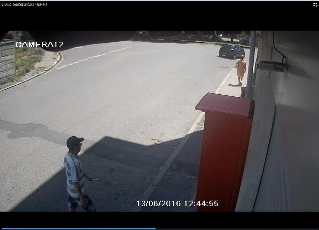 L'autore di uno dei furti mentre pedina la vittima mentre quest'ultima a fa ritorno a casa