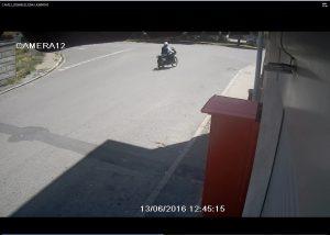 Il complice con la motocicletta che segue la vittima ed il <span id=