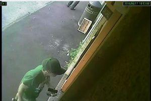 Le telecamere di Via di Salviano riprendono l'autore della rapina che segue la vittima all'interno di un negozio