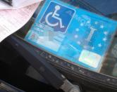 Lui a casa, lei con il suo pass invalidi