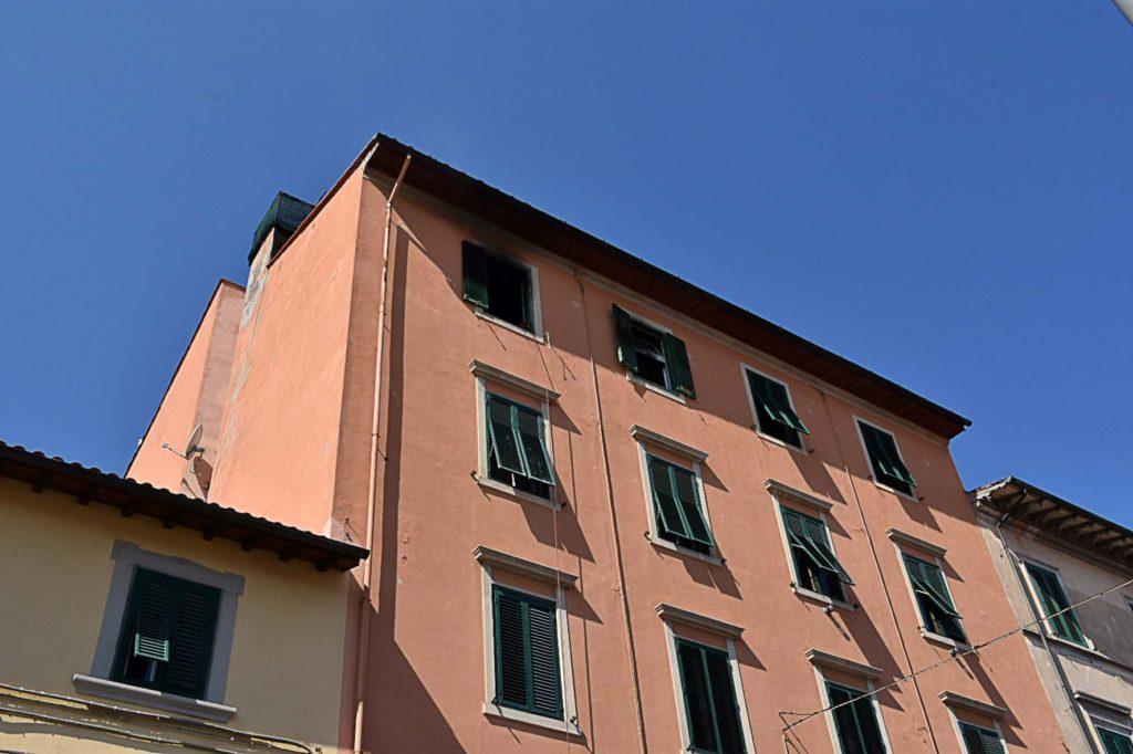 Casa a fuoco, l'inquilino scappa: inseguito - QuiLivorno.it