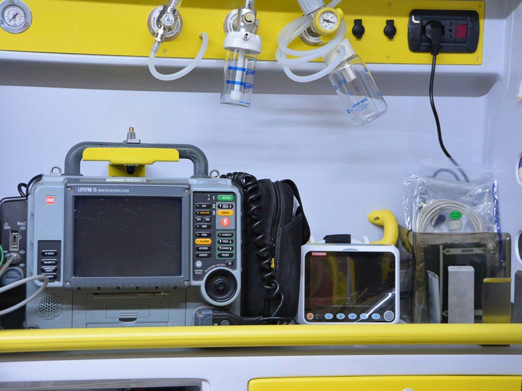 Un defibrillatore utilizzato a bordo delle ambulanze
