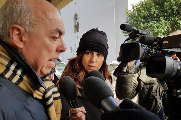 IL DENTISTA MARCO GHELARDINI INTERVISTATO ALL'INGRESSO DEL SUO STUDIO