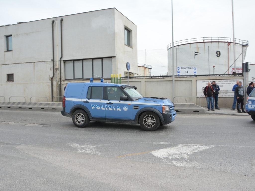 Polizia neri deposito silos morti foto Simone Lanari