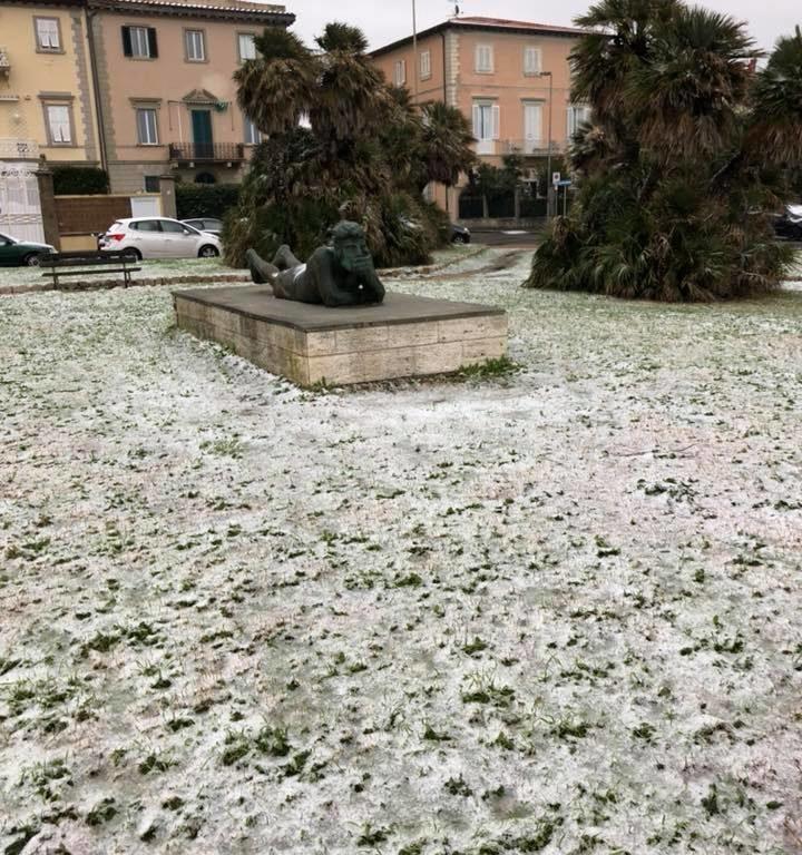 La statua del Pensatore circondata  da un manto di neve