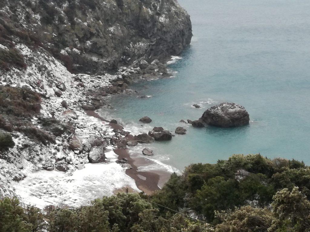Neve anche alla Cala del Leone