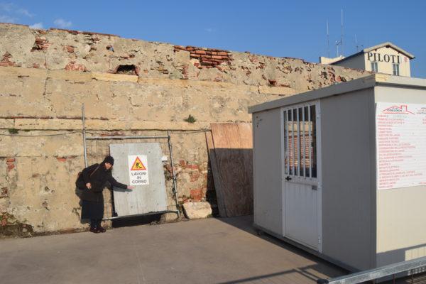 Il muro esterno del Forte di Bocca. A sinistra l'architetto Francesca Pichi, dell'Autorità di Sistema Portuale, che assieme all'architetto Andrea Del Corona, sta seguendo i lavori di recupero del Forte