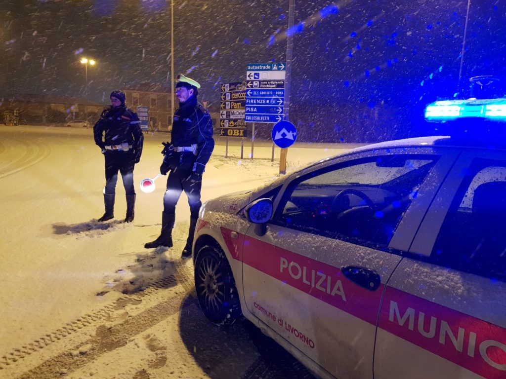 Gli agenti della Municipale al lavoro sotto la nevicata durante la notte