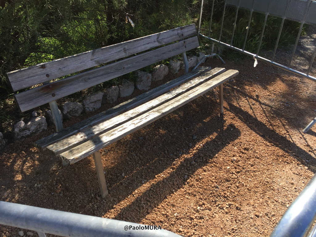 Panchina Lungomare : Panchina riparata sul lungomare quilivorno.it