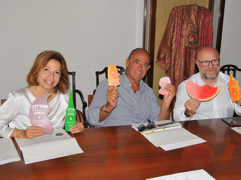 Da sinistra: Paola Petrone, direttore generale di Aamps; Andrea Picchi titolare dei Bagni Roma e il sindaco Filippo Nogarin (foto Lanari)