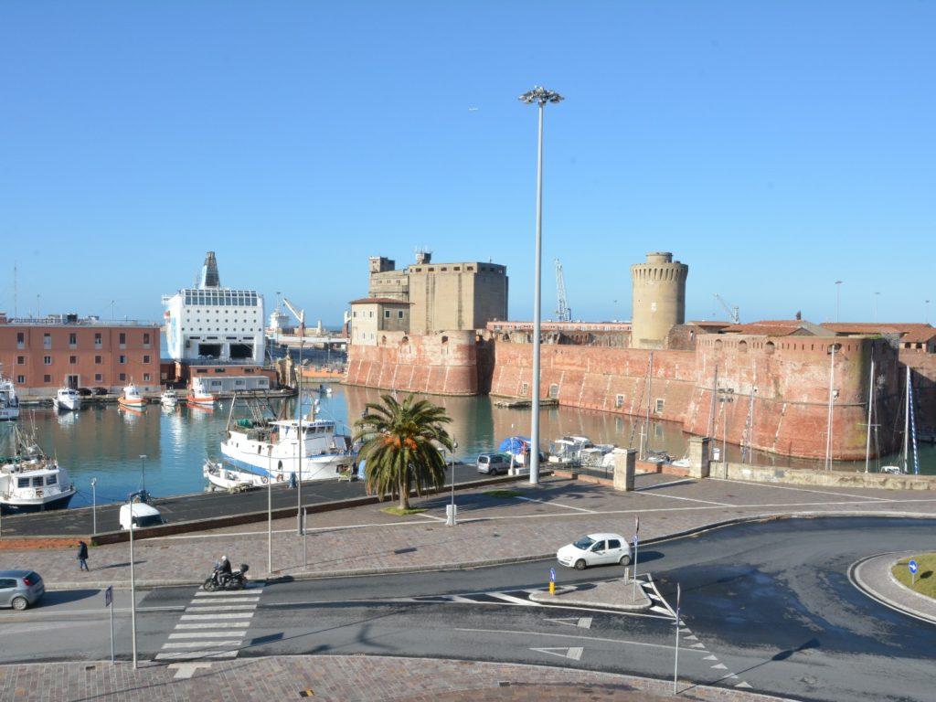 piazza pamiglione fortezza vecchia traghetti porto