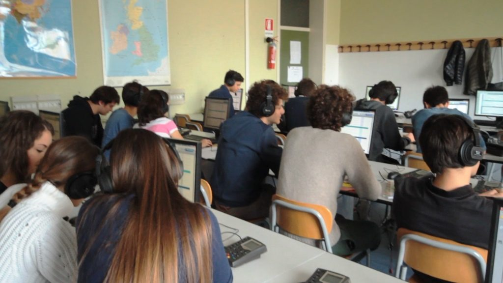 Lezione in laboratorio di lingue
