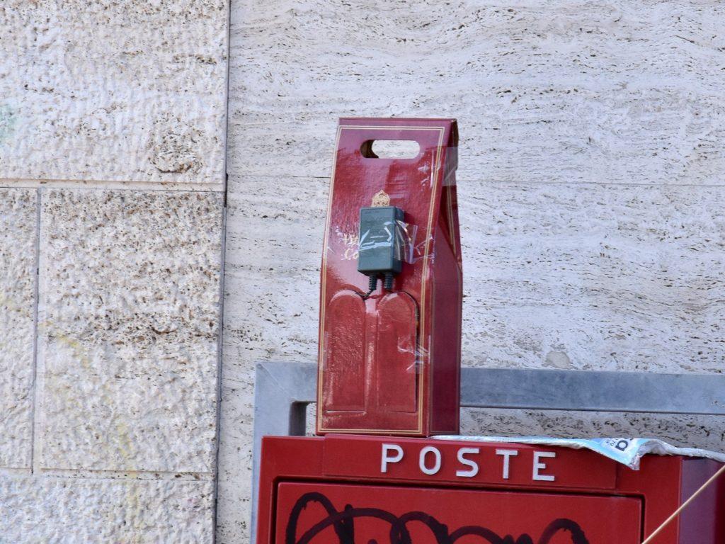 IL PRESUNTO ORDIGNO RINVENUTO SOPRA UNA CASSETTA DELLE POSTE IN PIAZZA ROMA