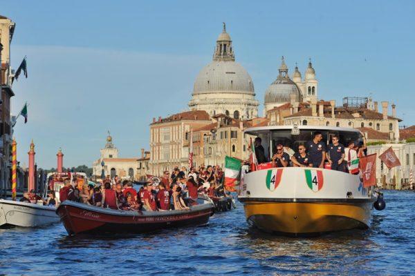 LA SFILATA PER LO SCUDETTO NEL CANAL GRANDE A VENEZIA (foto pagina Reyer Venezia)