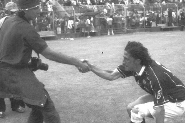 """L'IMMAGINE SIMBOLO DEL CAMPIONATO 2000/2001. UN IGOR PROTTI PIANGENTE DOPO LA SCONFITTA CONTRO IL COMO VIENE AIUTATO A RIALZARSI DA UN """"CERTO"""" ALESSANDRO NOVI"""