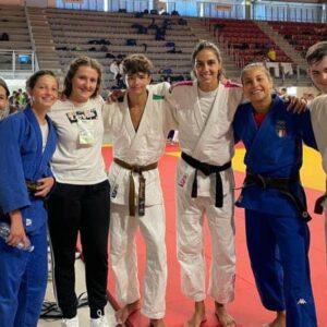 Michael Pagliai con i compagni di Squadra e le campionesse olimpiche Giulia Quintavalle e Odette Giuffrida.